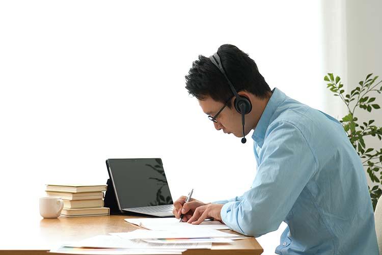 オンライン授業を自宅でうける男性