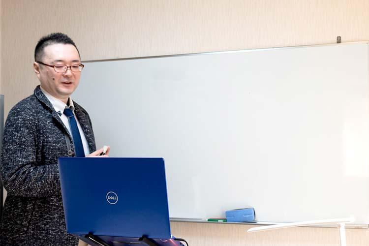 板書を映しながら授業をする溝井学院長